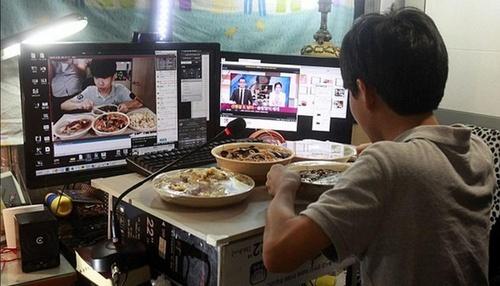 韩国14岁小朋友网络直播吃饭 每天挣上万元