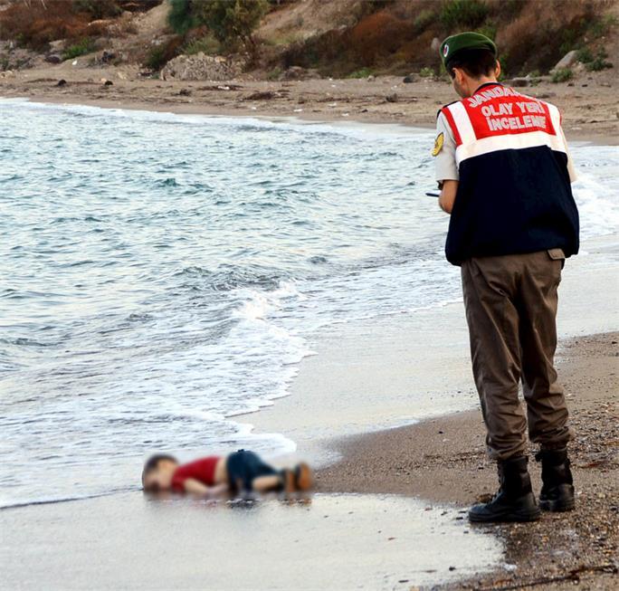 3岁男童与家人偷渡溺亡感伤网友 全球网民作画悼念
