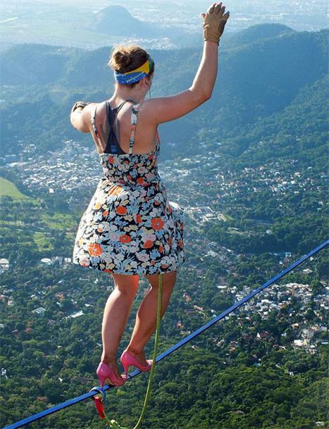 女子穿高跟鞋在840米高空走钢丝