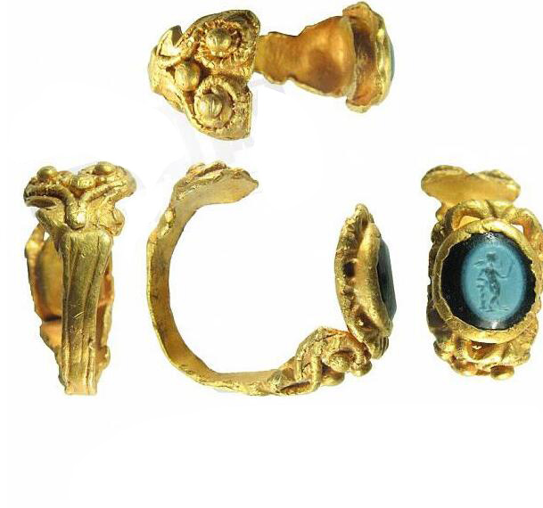 丛林中捡到1700年前神秘戒指 戴上后竟发出绿光