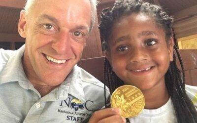 美一个7岁小女孩在垃圾中意外发现一枚92年奥运金牌