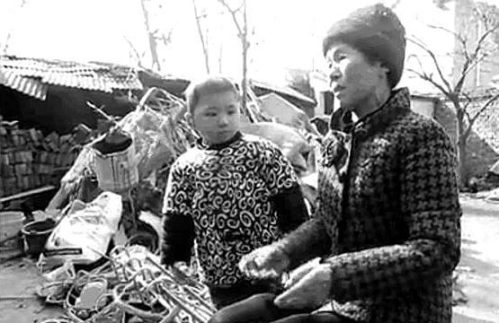 七十多岁老奶奶靠捡废品养活一家八口人,是否可成为感动中国人物?