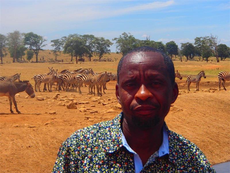 一个为了不让野生动物渴死而借车送水的人 每天一万公升水
